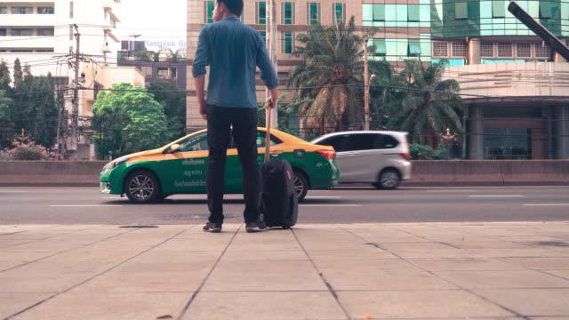 道に沿って彼の荷物を運ぶ男 - 整える点の映像素材/bロール