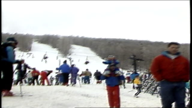 vídeos de stock e filmes b-roll de man carrying kid on shoulders toward camera in killington vermont - roupa de esqui