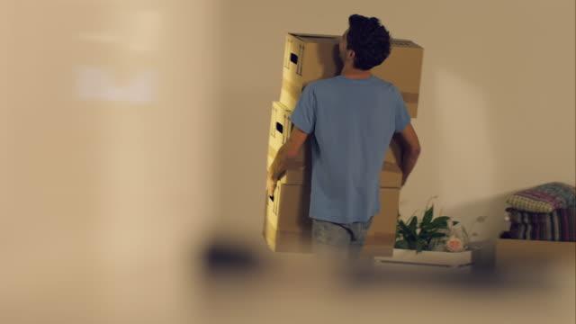 vídeos y material grabado en eventos de stock de hombre de transporte de cajas móviles a new apartment - reubicación