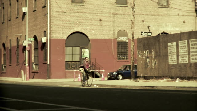 ms pan man carrying spare bike frame riding bicycle on street, brooklyn, new york city, new york state, usa - bicycle frame stock videos & royalty-free footage