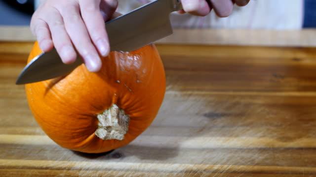 Mann schnitzen einen Kürbis für Halloween-party