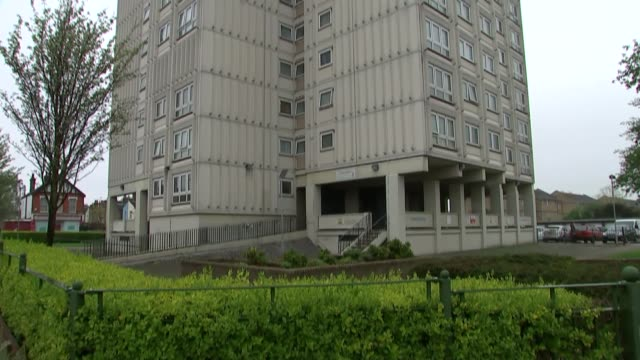 man charged with murder and arson following death of pregnant woman in southend england southend ext closeup tower block windows up tower block... - 仮設追悼施設点の映像素材/bロール