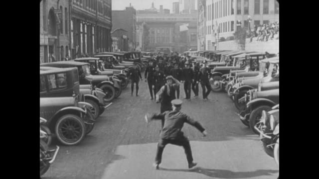 1922 man (buster keaton) chased by cops through city streets - cercare video stock e b–roll