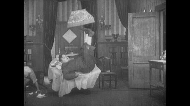 vídeos y material grabado en eventos de stock de 1916 man (buster keaton) chases a chef with a knife - barrer