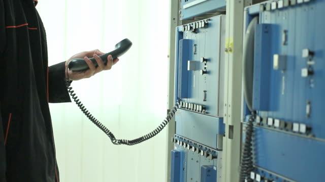 vídeos y material grabado en eventos de stock de hombre comprobación de tono con comunicaciones de red - dial
