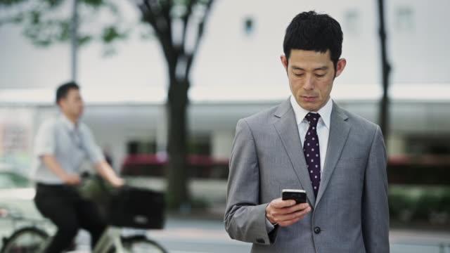 man checking phone - 電話を使う点の映像素材/bロール