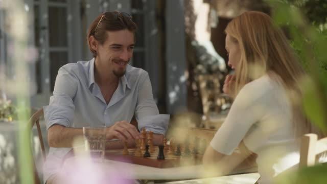 チェスの checkmating 男 - チェス点の映像素材/bロール