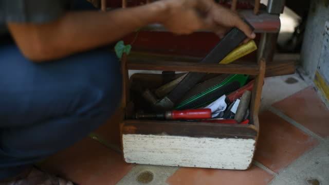 vídeos y material grabado en eventos de stock de un hombre de elegir herramientas para su trabajo. - pinaceae