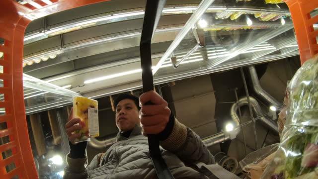 mann wählt produkt im supermarkt - wahlmöglichkeit stock-videos und b-roll-filmmaterial