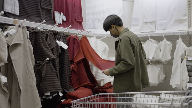 man choosing the towel in shopping mall - wearing a towel stock videos & royalty-free footage