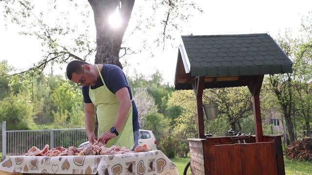 男人在後院切雞肉 - 僅一成熟男士 個影片檔及 b 捲影像