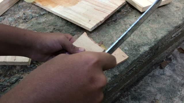 vídeos de stock, filmes e b-roll de homem corta madeira - forester