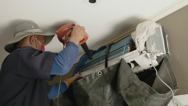 男の家の中の空気フィルターの清掃 - 日曜大工点の映像素材/bロール