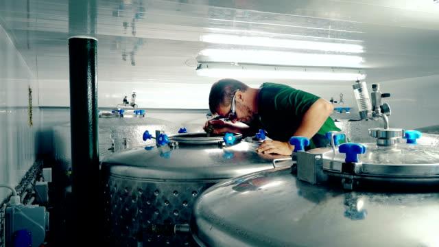 man cleaning tanks - 醸造所点の映像素材/bロール