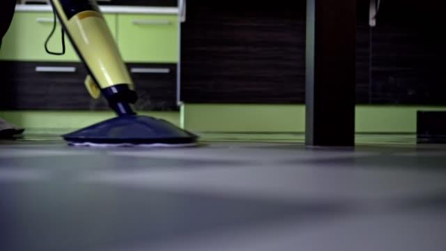vidéos et rushes de homme, nettoyage du sol - vapeur