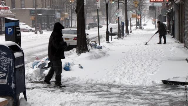 vídeos y material grabado en eventos de stock de man clears snow in brooklyn the morning after a major winter storm on january 27, 2015 in new york city. despite dire predictions, new york city was... - buzón postal