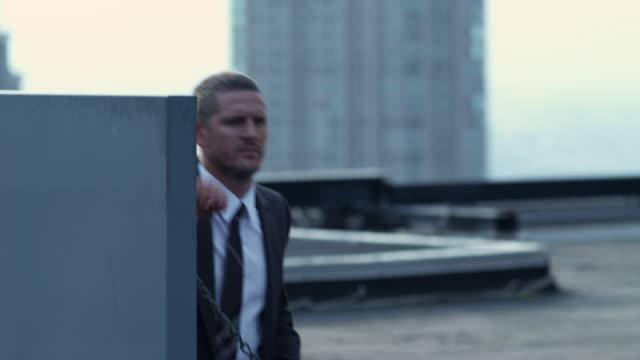 ms tu man climbing on roof top, chicago, illinois, usa - 屋根点の映像素材/bロール