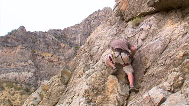ws zi la man climbing rock / provo, utah, usa - provo stock videos & royalty-free footage