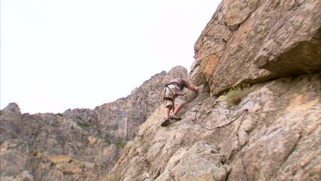vídeos de stock, filmes e b-roll de ws zi la man climbing rock / provo, utah, usa - provo