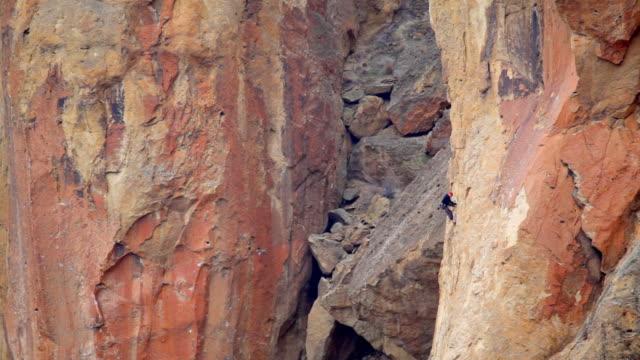 hd uomo arrampicata smith rock oregon - arrampicata libera video stock e b–roll