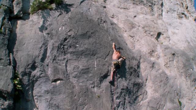 hd クレーン:男性クライミング - ロッククライミング点の映像素材/bロール