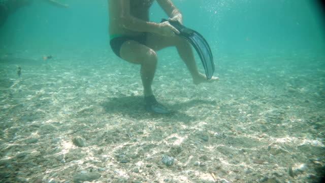 Een man vastklampen flipper onderwater