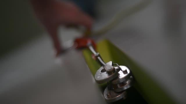 vídeos de stock, filmes e b-roll de man clipping rope - gancho de alpinismo