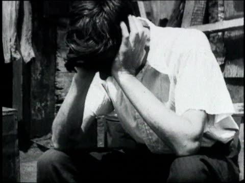 vidéos et rushes de man clutching head in hands / usa - désespoir