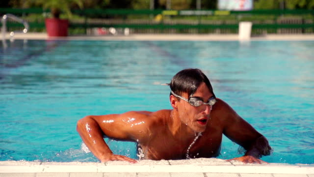 mann, die nach den swimmingpool - entstehung stock-videos und b-roll-filmmaterial