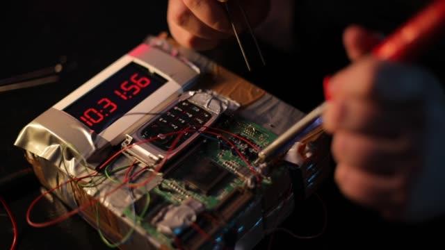 stockvideo's en b-roll-footage met man de bouw van een tijdbom - bomb countdown timer
