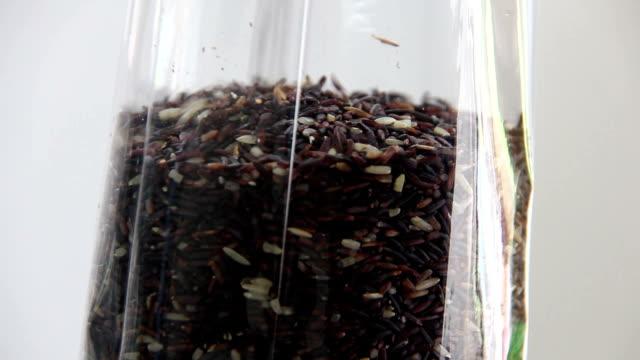 mann enthalten reis beere in plastiktüte auf waage - vakuum stock-videos und b-roll-filmmaterial