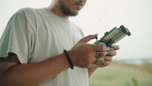 vídeos y material grabado en eventos de stock de hombre controlando drone con remote - multicóptero