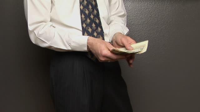 vidéos et rushes de ms, man counting american dollars, mid section - chemise et cravate