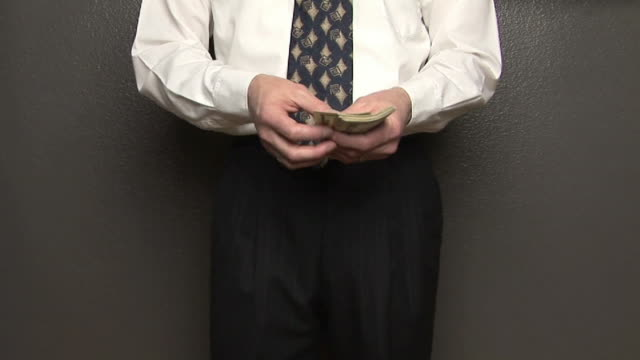 vidéos et rushes de ms, man counting and giving american dollars, mid section - chemise et cravate