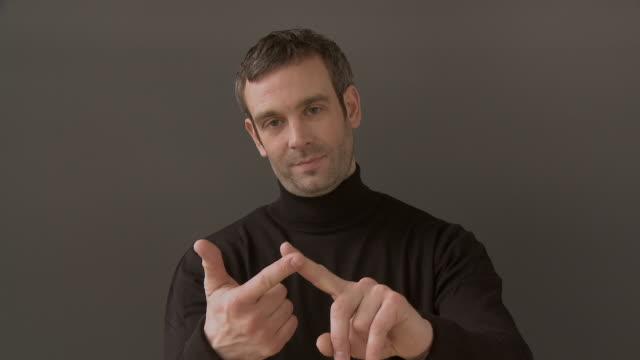 vídeos y material grabado en eventos de stock de ms man counting on his fingers up to five / berlin, germany - contar
