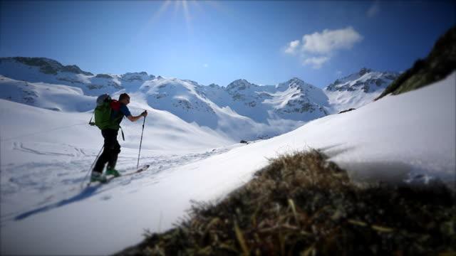 a man cross-country skiing on a snow covered mountain. - 冠雪点の映像素材/bロール