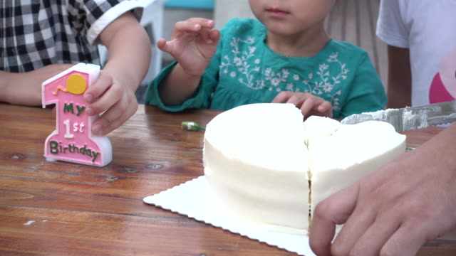 man cutting cake surrounded by kids - familie mit drei kindern stock-videos und b-roll-filmmaterial
