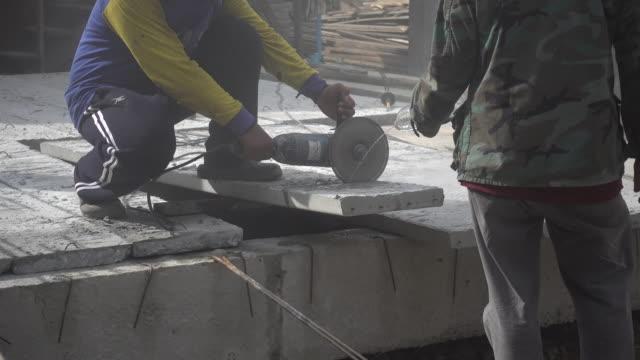 mann schneidet beton - 35 39 years stock-videos und b-roll-filmmaterial