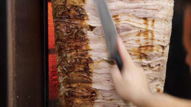 vidéos et rushes de gyro de coupe d'homme dans le restaurant de restauration rapide - culture grecque