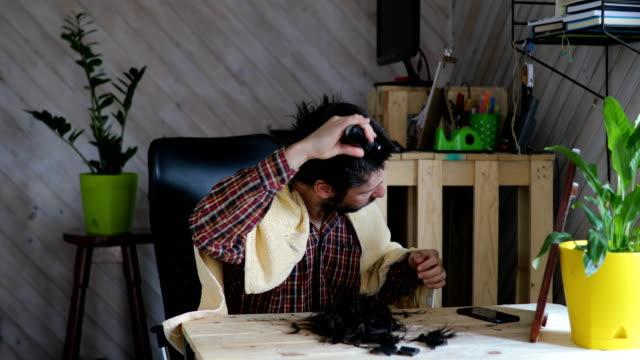 vídeos de stock e filmes b-roll de man cutting hair alone in quarantine - cut video transition
