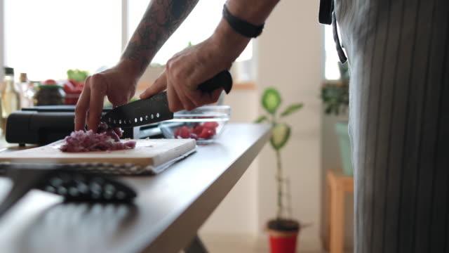 mann schneiden zwiebel zu machen burger - zutaten stock-videos und b-roll-filmmaterial