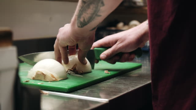 vidéos et rushes de man cutting onions - tatouage