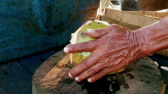 vídeos de stock, filmes e b-roll de coco aberto de homem corte com facão - coco