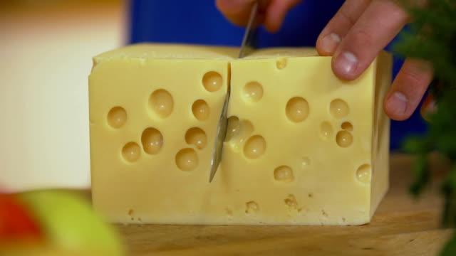 vídeos de stock, filmes e b-roll de pedaço de corte homem de queijo, slo mo - part of
