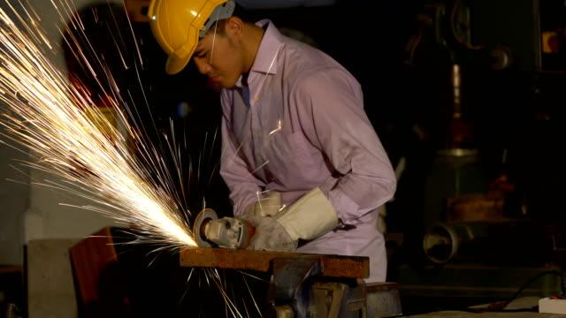 機械を切断して鋼を切断する人。 - 挽く点の映像素材/bロール