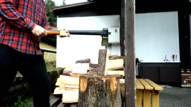 vidéos et rushes de homme coupant le bois - bûcheron
