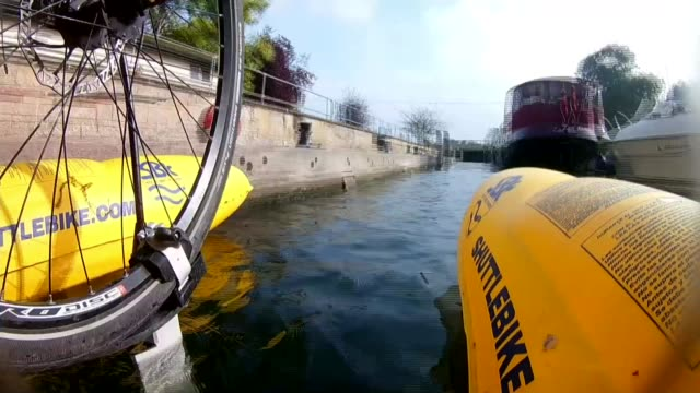 vídeos de stock e filmes b-roll de man cycles the river thames on waterbike to tackle litter dhruv boruah along river thames on waterbike dhruv boruah interview sot shot from water... - insólito