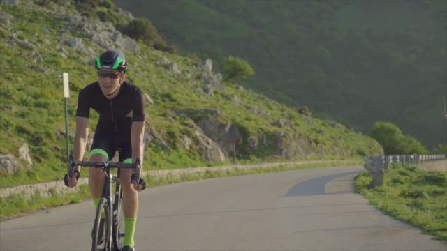 vídeos de stock, filmes e b-roll de a man cycling on a bicycle, riding on road bikes in italy. - coragem