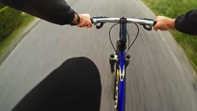 vídeos de stock e filmes b-roll de man cycling on the bike - guiador