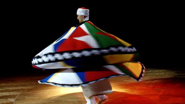 vídeos de stock, filmes e b-roll de homem dançando árabe dança - redemoinho